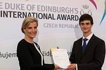 Zlatý certifikát Mezinárodní ceny vévody z Edinburgu z rukou Její královské Výsosti, hraběnky Sophie z Wessexu přijal student Ivan Matéjic .