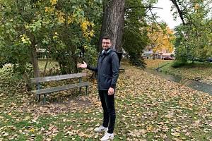 Park mezi Polní ulicí a Mlýnskou stokou v Havlíčkově kolonii by mohl být obyvatelům pohodlnější.