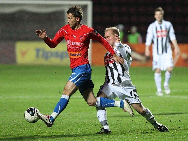 Fotbalisté Dynama prohráli v Plzni po boji 1:2 (na snímku v obranné akci Grigorij Čirkin).