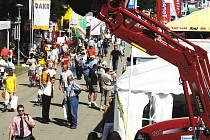 Země živitelka 2008 v Českých Budějovicích nabídne v šesti dnech návštěvníkům od každého něco. Vystavovatelé se zaměřují na zemědělskou techniku, chov zvířat, biopotraviny, ekologii, témata okolo obnovy venkova a dalších.