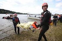 """Evakuaci cestujících z výletního parníku Adalbert Stifter včera trénovali jihočeští záchranáři na Lipně. Podle scénáře cvičení mělo být pět zraněných, nakonec jich však bylo šest. V jednom případě se nejednalo o """"hru"""", ale o skutečné zranění."""