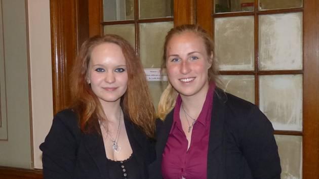 Andrea Majerová (vpravo) získala se svou prací o ženském fotbale první místo ve Středoškolské odborné činnosti.