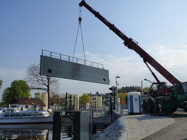 Součástí přístavu jsou i protipovodňové zdi, které mají Hlubokou ochránit před možnými záplavami.