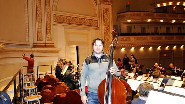 Několik Jihočechů, členů České filharmonie, si zahrálo při turné orchestru v USA ve slavné Carnegie Hall. Zážitkem bylo i setkání s dojatými krajany. Na snímku kontrabasista Petr Ries.