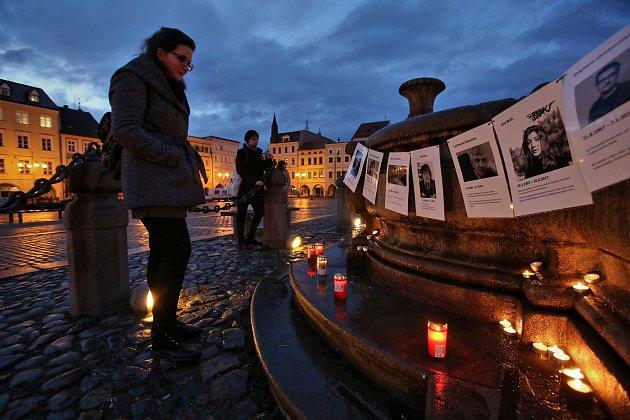 Lidé na českobudějovickém náměstí ve středu večer demonstrovali za svobodu médií.