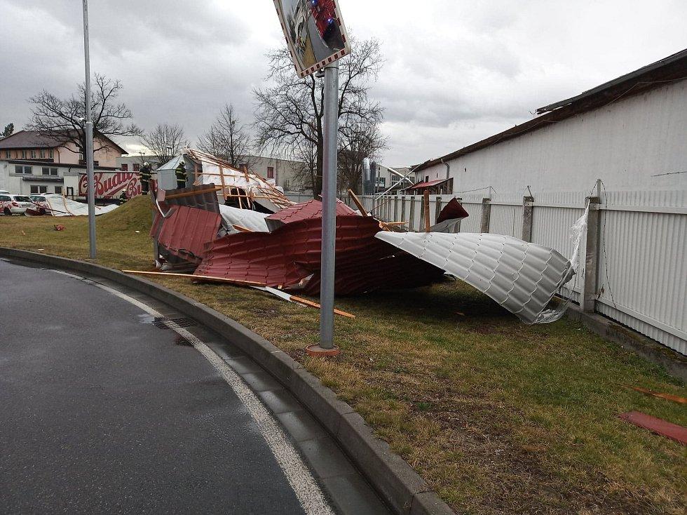 Cizí střecha se při orkánu Sabine utrhla a napáchala škody v Budvaru