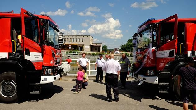 Hasiči z Chrášťan se loučili se svým starým hasičským vozem a světili nový.