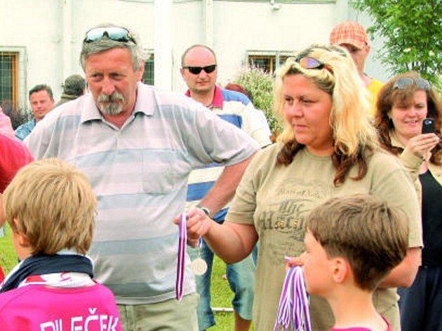 Vedoucí přípravek v SK Dynamo Č. Budějovice Ivan Novák (na snímku při předávání stříbrných medailí) sledoval vyvrcholení fotbalového turnaje ve Zlaté Koruně.