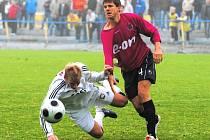 Střelec Jan Zušťák (na snímku padá po střetu s Jiřím Peroutkou) v derby gól nedal.