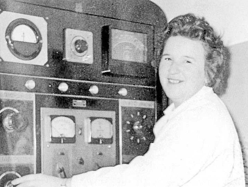 Technika. Laborantka Marie Koubová obsluhuje zařízení ozařovny na onkologickém oddělení v 60. letech 20. století.