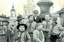 """Skauti ze """"čtyřky"""" při oslavách 50. výročí republiky na náměstí v říjnu 1968."""