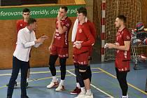 Trenér René Dvořák při práci s týmem.