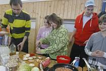 Dva populární televizní kuchaři Filip Sajler (vlevo) a Ondřej Slanina předváděli v prosinci v rámci projektu Žít zdravě své kuchařské umění v českobudějovické ZŠ Nerudova.