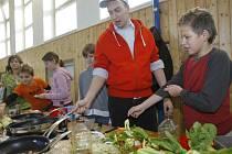 Dva populární televizní kuchaři Filip Sajler a Ondřej Slanina z pořadu Kluci v akci předváděli včera s pomocí dětí své kuchařské umění v českobudějovické základní škole v Nerudově ulici.
