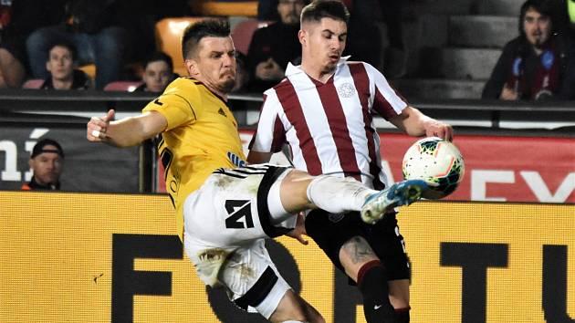 Na Spartě před týdnem fotbalisté Dynama hráli 3:3 (na snímku Čolič odkopává před Plavšičem), uspějí i v neděli v Jablonci?