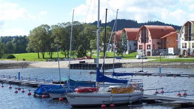 Mezi nejvyhledávanější cíle turistů v jižních Čechách patří Lipenská přehrada. Rekreační areál Marina Lipno má svůj vlastní přístav, nabízí půjčení lodí a dokonce i výukové programy.