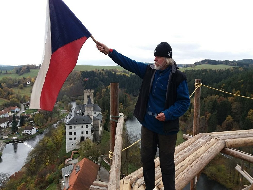 """Měsíc věží a rozhleden pořádá Pohádkové království již devátým rokem. Kdokoliv přitom může poslat své """"vrcholové"""" foto s českou vlajkou z rozhledny, vrchu či v roce 2020 například ze štaflí (v důsledku mimořádné situace)."""