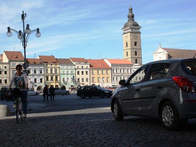 Více variant, jak omezit průjezd vozidel centrem města, bude nyní zvažovat českobudějovická radnice.