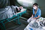 Camp Q už viděli návštěvníci v Praze. I na náplavce pod českobudějovickým Dlouhým mostem můžete navštívit tábor pro mimozemské uprchlíky.