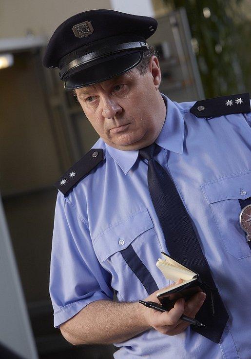 Nová řada krimiseriálu Policie Modrava se začne točit v létě. Jaroslav Soukup ladí na chatě v Srní scénáře. V seriálu TV Nova si opět zahrají šumavští ochotníci. Snímek z natáčení první řady.