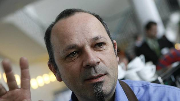 MISTR KÁVY. Ital Roberto Trevisan založil v Čechách Školu kávy. Učí čechy pít zdravou kávu, to znamená takovou, která je silná chuťově, ale má málo kofeinu.