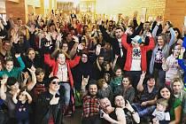 Klientům centra Arpida pro rehabilitaci osob se zdravotním postižením zazpívaly před svým koncertem na českobudějovickém výstaviště Rybičky 48.