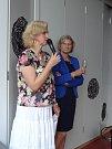 V úterý večer se sešli senioři v Klubu R51 a oslavili otevření nového Informačního a poradenského centra v Otakarově ulici v Českých Budějovicích. Spolu s ostatními si připila i vedoucí volnočasových a poradenských aktivit Eva Hejduková (vlevo).