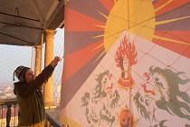 Dalajlama přijede i letos do Prahy, což vítá i budějovický cestovatel Vít Kršul, který každoročně vyvěšuje 10. března tibetskou vlajku na Černé  věži.