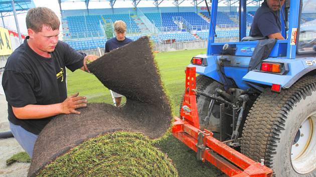 Ve čtvrtek dělníci dokončili pokládku travních pásů na hřiště SK Dynamo v Českých Budějovicích.