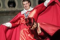 Jihočeské divadlo hraje do 28. června před otáčivým hledištěm romantickou komedii Tři mušketýři. Na snímku Ondřej Veselý jako kardinál Richelieu a Taťána Kupcová jako Mylady.