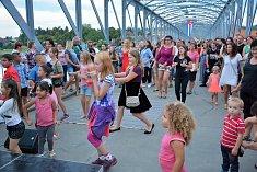 V taneční parket se v sobotu v podvečer proměnil železný most v Týně nad Vltavou. Foto: Miroslav Bžoch