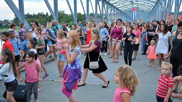 Vltavotýnští rozhoupali most latinskoamerickými tanci