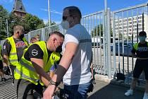Na fanoušky dohlížely v okolí Střeleckého ostrova desítky policistů.