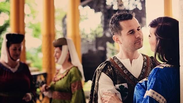 Představení Legenda o Závišovi a Kunhutě v podání Kulturní společnosti Alta můžete v Zimní zahradě hlubockého zámku zhlédnout mezi 31. červencem a 30. srpnem.