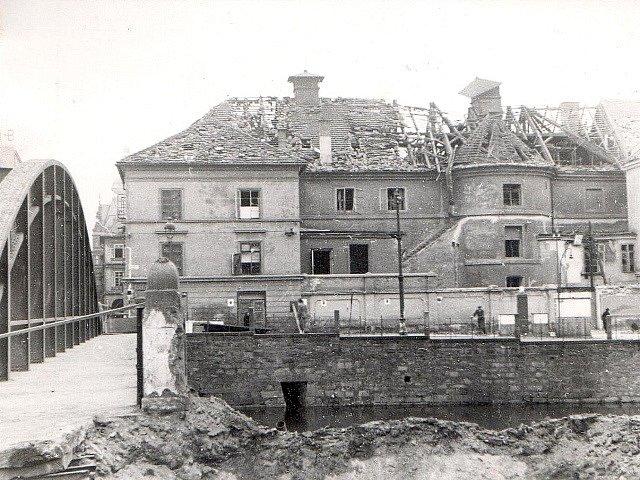 Po náletech v březnu 1945 zůstalo v Českých Budějovicích mnoho zmařených životů a zničených domů. Na snímku divadlo.