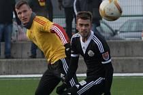 Čestný gól Dynama v zápase s Duklou dal Milan Jurdík (na snímku uniká Štetinovi.