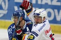 Ve Vítkovicích hokejisté HC Mountfield vyhráli 3:1. Na snímku z tohoto duelu bojuje Tomáš Vak (vpravo) s domácím Jiřím Burgrem.
