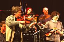 Jiří Pavlica skládá autorskou, divadelní i filmovou hudbu. Jeho velkou schopností je spojovat lidi nejrůznějších  hudebních žánrů.