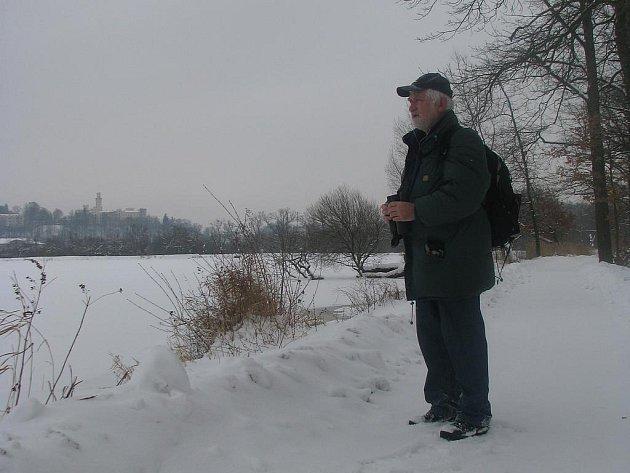 PŘILETÍ? Jaroslav Závora vyhlíží na hrázi Munického rybník u Hluboké nad Vltavou orly. Ačkoli se nakonec žádného nedočkal, potěšil se alespoň krásou okolní přírody. Neodradil jej mráz ani vytrvalé sněžení.