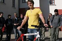 V úterý přivítalo Informační centrum Jaderné elektrárny Temelín (JETE) jubilejního návštěvníka. Stal se jím osmnáctiletý student z Poděbrad Tomáš Chvojka. Jako dárek dostal od elektrárny nové jízdní kolo.