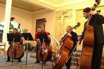 Taková je šíře repertoáru kontrabasového kvarteta Quo Vadis Bass, které se zítra večer představí jako host známé folkové skupiny Nezmaři v budějovické Jeremiášově síni. Na snímku zleva Libor Heřman, Petr Vyroubal, Jiří Pichlík a Tomáš Široký