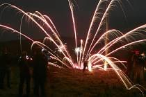 Konec roku už tradičně v drtivé většině vsí, obcí a ve městech lidé oslavují nejrůznějšími druhy zábavní pyrotechniky. Proto jsou ohňostroje, petardy a rachejtle v obchodech velice žádaným zbožím.