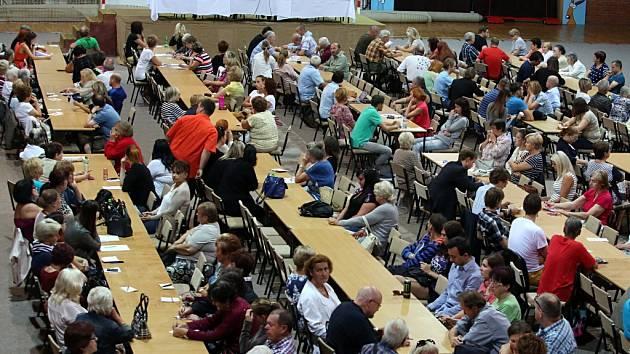 První společné zasedání okrskových volebních komisí pro volby do zastupitelstev krajů se uskutečnilo ve čtvrtek v českobudějovické Sportovní hale.