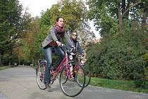 Už více než měsíc můžou obyvatelé Českých Budějovic do ulic krajského města vyrážet na růžových renovovaných kolech. Půjčit si mohou třeba bicykly pojmenované Stanley, Olaf, Beta či Cyril.