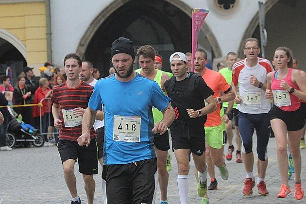 Běžecký závod RunTour v Českých Budějovic láká tisíce běžců.