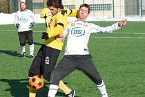 Tomáš Sedláček, kterého Dynamo v zimě zařadilo na transferlistinu, zatím hraje v juniorce, kde podává stejně bojovné výkony, jaké odváděl v lize: na snímku z přípravy v Milevsku bojuje s domácím Málkem.