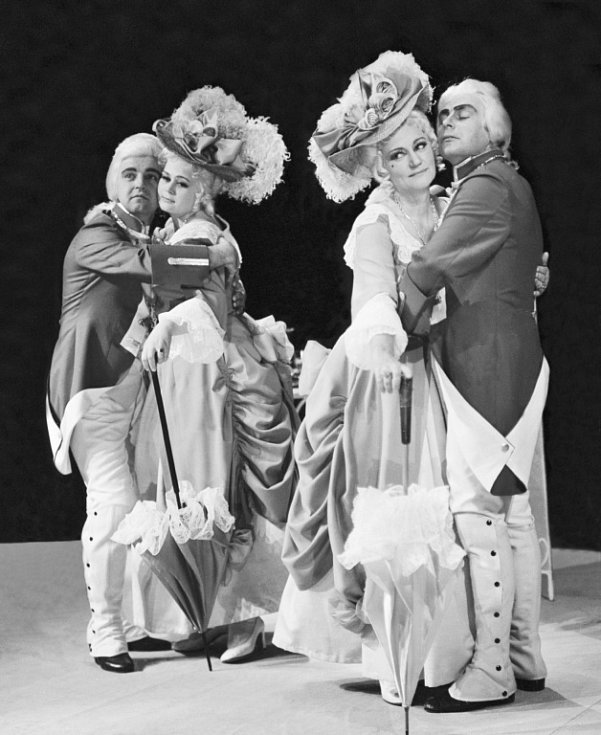 Sopranistka Stanislava Součková, které by 27. listopadu 2013 bylo devadesát let. Na snímku v Cosi fan tutte s Josefem Průdkem, Janou Smítkovou a Josefem Hajnou, 1972.