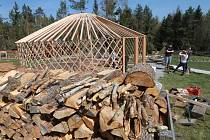 Stavba jurty v Třísově