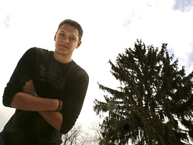 Blokaři Jihostroje Štěpánu Smrčkovi ve volejbalových kruzích přezdívá Smrk.  Při pohledu z terasy svého domu se dívá na svého jmenovce.