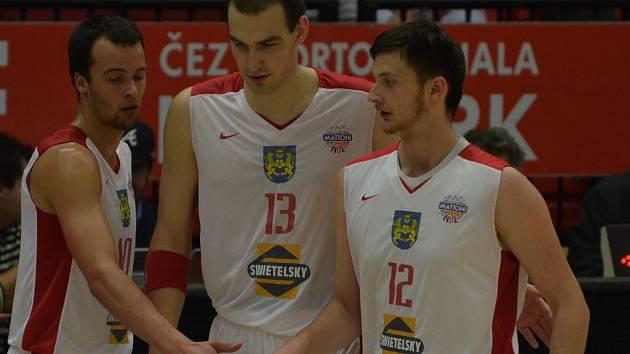 DO OSTRAVY. Basketbalisté Jindřichova Hradce se ve středu představí v Ostravě. Na snímku zleva Martin Novák, Tomáš Vošlajer a Karel Aušprunk, který je momentálně zraněný.
